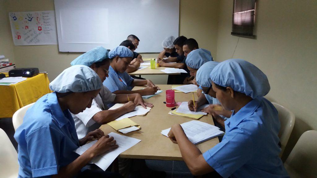 Personal de Sovenplast recibiendo información valiosa para garantizar calidad de producción